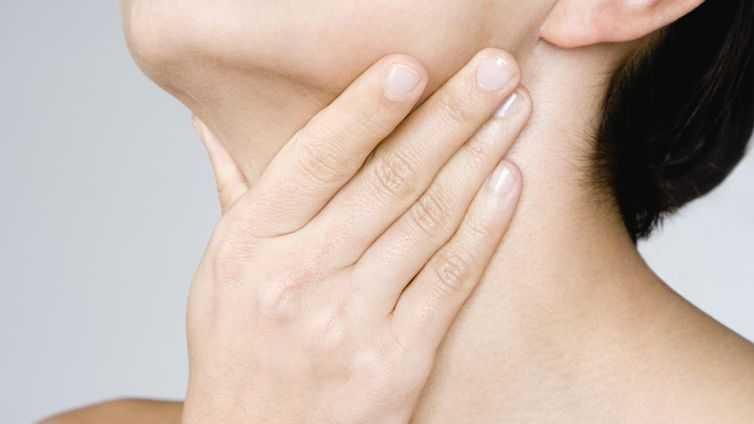 Causas da garganta inchada de inchaço