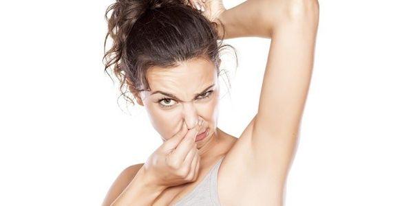 Remoção da sujeira da pele (grão), limpeza, causas, odor