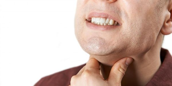 Scratchy Throat Remedies e algumas das causas comuns