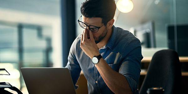 Causas de dores de cabeça relacionadas com computador, remédios, prevenção