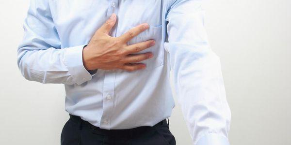 Dor abaixo do peito (abaixo, atrás do esterno) causas, sintomas