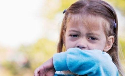 causas de tosse latindo em crianças e adultos