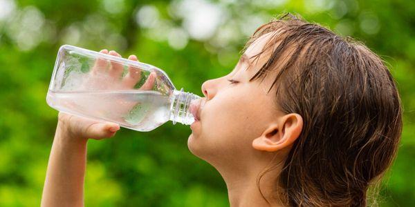como tratar a desidratação leve a moderada em casa