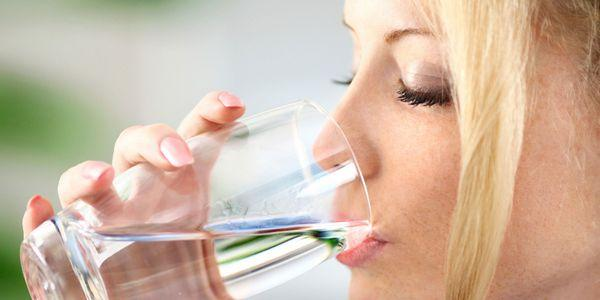 consumo excessivo de água bebendo muito efeitos perigos