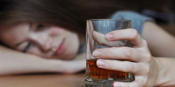 dor de cabeça de ressaca e remédios de dor de cabeça induzida por álcool
