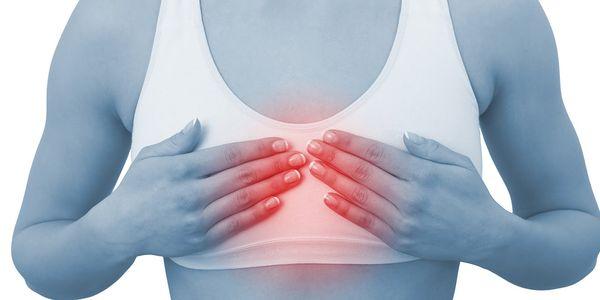 dor no meio das causas no peito da dor torácica central
