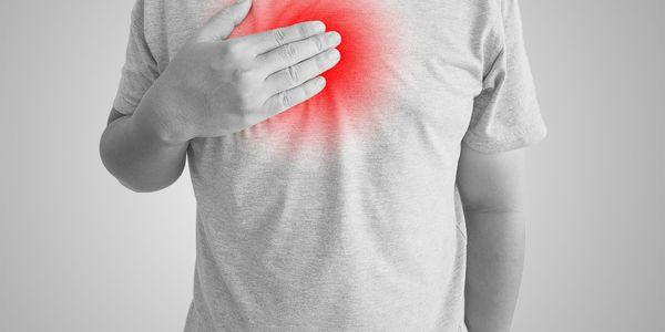 dor no peito quando deitado de costas no estômago ou nas costas