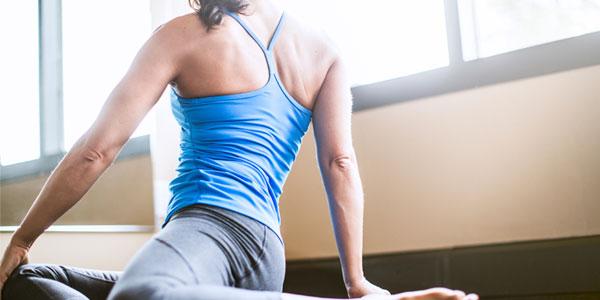 pressão nas causas do joelho ao andar de pé flexão