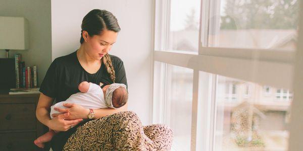 processo de produção de leite materno durante a gravidez e após o nascimento