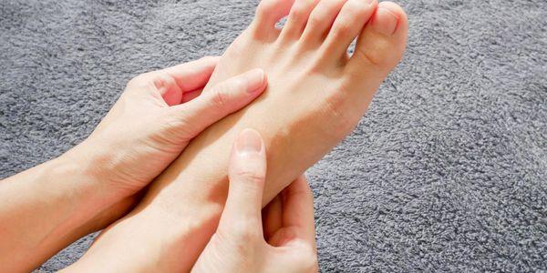 razões para dor nas pernas enquanto está sentado ou dormindo